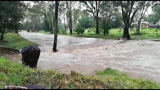 Rain causes flash flooding in Johannesburg (x4r)