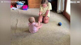 Sobrinha e bebé têm discussão adorável