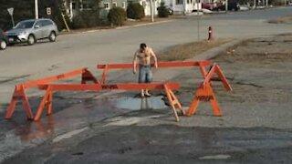 Un jeune teste une petite piscine en pleine rue