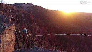 Utah: fa slackline sospesa su un paesaggio mozzafiato