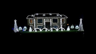 Fun Christmas song set to epic home light show
