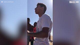 Jovem realiza acrobacia impressionante em praia marroquina