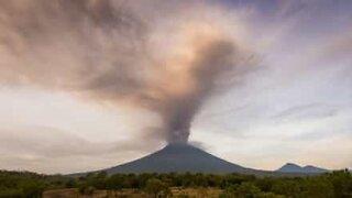 Vaikuttava timelapse-video Balin tuhkaa tupruttavasta tulivuoresta