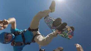 Har du noen gang sett noen hoppe i fallskjerm fra en bil?
