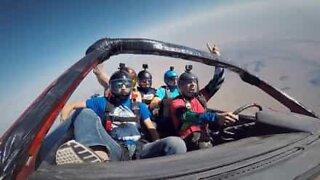4 casse-cous font du parachute en voiture