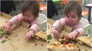 Et barn får raserianfall hver gang foreldrene tar bort pizzaen hennes