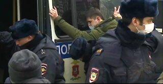 Protestas masivas en Rusia dejan al menos 32 policías heridos y 2.000 manifestantes detenidos