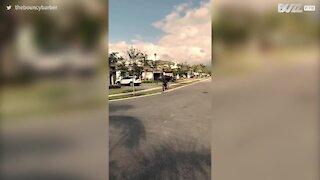 Rapaz salta de forma incrível sobre um carro