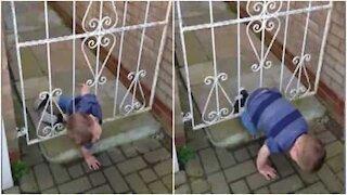 Bimbo di 3 anni scappa dal portone senza nessuna difficoltà