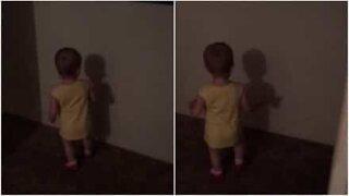 Adorável bebé descobre a sua sombra