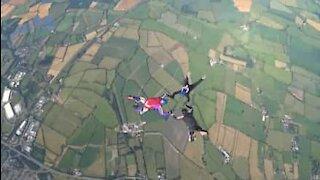 Três amigos realizam skydive...agarrados uns aos outros!