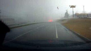 Panico: tornado attraversa la strada in Alabama!
