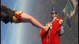 Fallskjermhoppere og vingedrakt-flygere gjør et episk hopp sammen