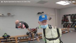 Homem de 103 pula de paraquedas e bate recorde mundial