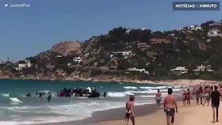 Impressionante: refugiados desembarcam em praia turística de Cádis