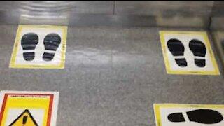 Elevador no Japão respeita o distanciamento social