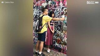 Giovane usa il fidanzato come cavaletto