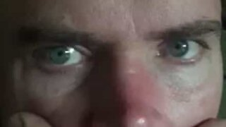 Il fait trembler ses yeux tel un serpent!