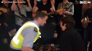 Poliziotto irlandese si unisce alle danze popolari