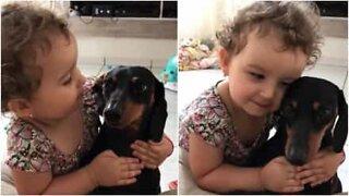 Den här lilla flickan älskar sin hund mer än något annat