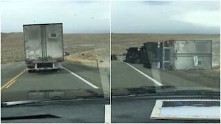 Incredibile: il vento fortissimo ribalta il camion!