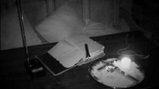 Fantasma é filmado a mover bíblia