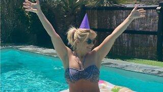 Beatrice Egli zeigt ihre sexy Kurven im Pool