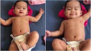 Bebè danza quando arriva l'ora del bagnetto!