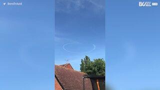 Un avion dessine un visage souriant dans le ciel