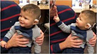 Småbarnet Owen kan höra för den första gången.