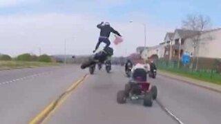 Motociclista lanciato in aria dopo uno scontro