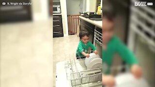 Bimbo aiuta la mamma nelle faccende di casa