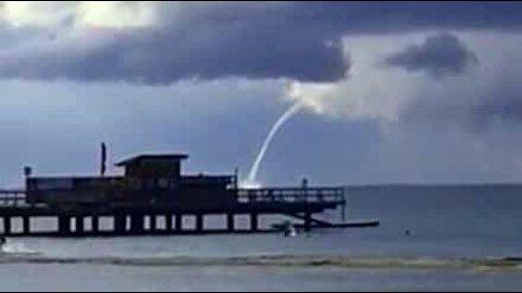 Skypumpe filmet i nærheten av en strand i Sverige