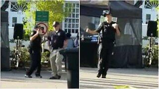 Poliziotto balla felice mangiando un gelato