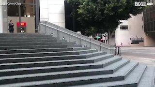 Uno skater stava per cadere sopra una passante