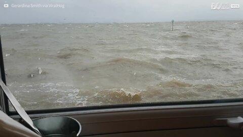 Restaurante à beira-mar é inundado pela maré