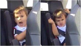 Liten gutt digger musikk i rushtrafikk