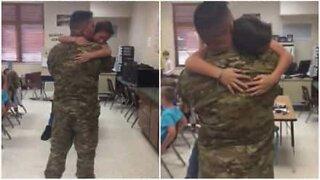 Soldat kommer hjem fra tjeneste og overrasker sønnen på skolen