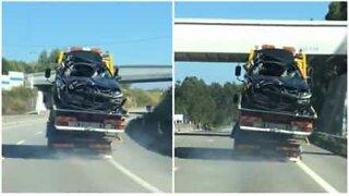 Uvanlig: bergingsbil sett mens den transporterer to kjøretøy på samme tid