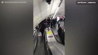Multidão espontânea canta em estação de metrô em Londres