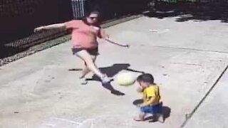 Ces enfants ne devraient pas jouer au ballon avec leur mère