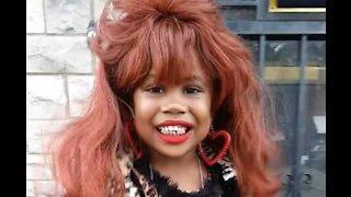 Menina disfarça-se de Peggy Bundy para Halloween