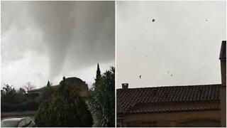 Skrämmande tornado sveper in över Frankrike