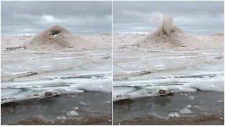 Underlig sandbildning i Michigansjön ser ut som en vulkan