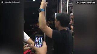 Pânico no metrô: portas não fecham ao sair da estação!