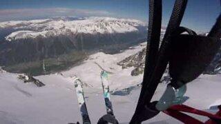 Modig skiløper utfører fantastisk fallskjermhopp