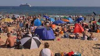 Praia completamente lotada durante pandemia no Reino Unido