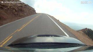 Perde il controllo dell'auto sul versante di una montagna