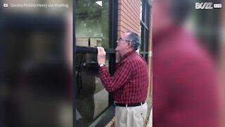 Idoso canta à janela para a sua mulher num lar