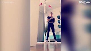 Acrobata treina coreografia com papel higiénico